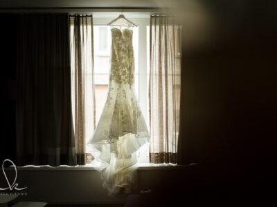 Hochzeitskleid am Fenster im Gegenlicht