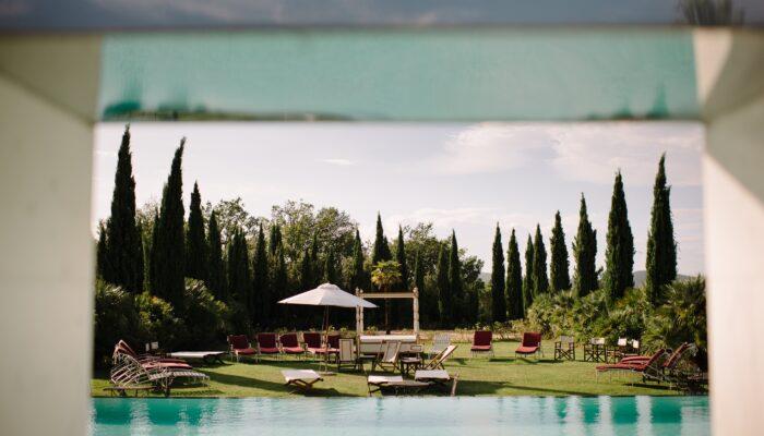 Hochzeitsplaner mit Herz am Swimmingpool in der Tosana mit your perfect day