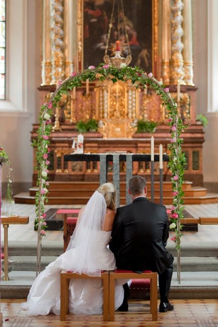 Kirchenhochzeit Hochzeitspaar Blumenbogen yourperfectday Hochzeitsplaner