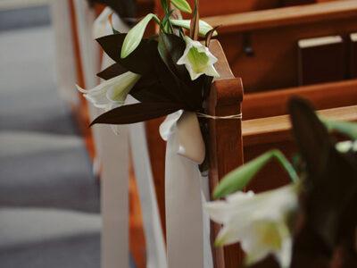 Bank Dekoration Kirchenhochzeit Lilien weiss yourperfectday Hochzeitsplaner